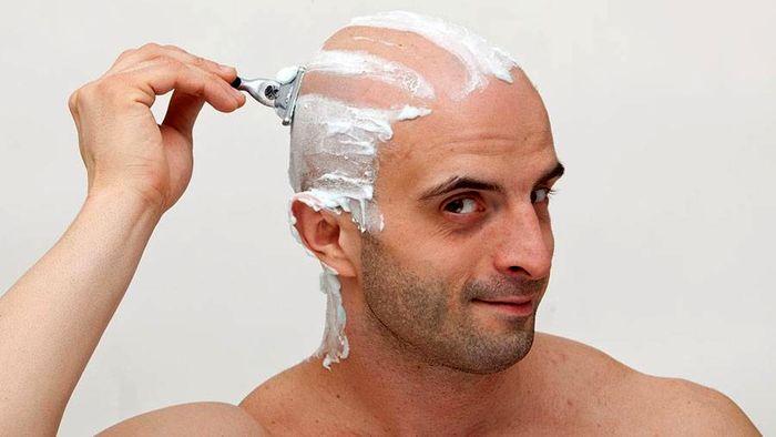 تراشیدن سر بوسیله ی تیغ