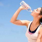 آیا با خوردن غذاهای آبدار نیاز به نوشیدن آب نیست؟